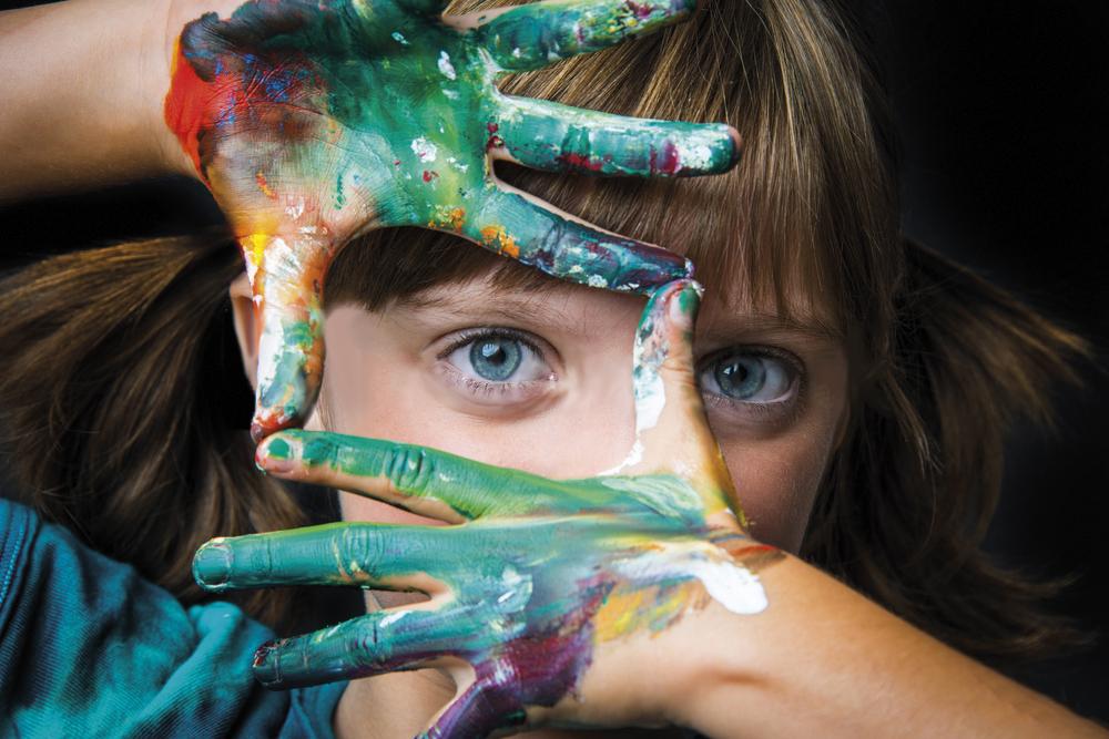 enfant-peinture-mains